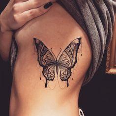 Tatuagem criada por Lucas Milk de Florianópolis. Borboleta em blackwork na costela.