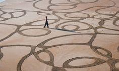 L'art n'a pas de limite et le support pour l'exercer non plus.    Une nouvelle preuve de ceci avec l'artiste Andreas Amador qui utilise la plage et son sable comme véritable terrain de jeu.