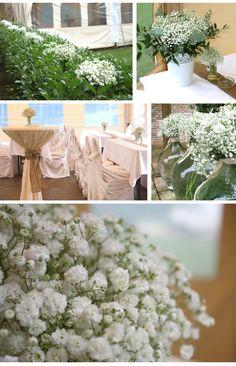 Výzdoba svadobného stanu bielymi kvetmi.