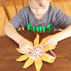 Loving this paper plate craft for preschoolers - sunflower weaving! Weaving is such a great fine motor activity, and great for patterning too.