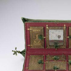 Langwerpig kussen bestaande uit twee gelijke helften, bekleed met groen fluweel en op de hoeken voorzien van grote, met groene zijde omwonden eikels, slot van messing middenvoor, binnenwerk van hout met deksels bekleed met bedrukt leer, anoniem, 1580 - Rijksmuseum