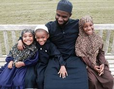 Ibn Ali Miller, pictured second from the right with three of his children, is being lauded for stopping a fight between two youngsters in Atlantic City, New Jersey. African American News, Ibn Ali, Uplifting News, Muslim Men, Street Fights, Black Families, Atlantic City, African History, Civil Rights