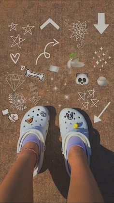 Crocs Fashion, Sneakers Fashion, Cool Crocs, Crocs Shoes, Shoes Sneakers, Toe Pics, Cute Slides, Birkenstock Outfit, Lounge Outfit