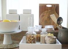 Losse theezakjes maar ook suiker, bonen en muesli kan je beter niet in je keukenkastjes verstoppen, ze zijn veel te decoratief om weg te stoppen. Doe ze in een van deze glazen potten, twee voordelen; het blijft vers en het staat nog leuk ook! Combineer fris wit met grijs- en beige tinten. http://www.eyeonsite.nl/Sfeerconcept-Kitchen-details