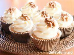 """På tide med cupcakes igjen - og alle elsker vi jo gulrotkake...:-) I hvert fall gjør jeg det! Namnam! Så la meg her få presentere deg for supermyke, vakre og SUPERDEILIGE """"Gulrotcupcakes"""" med ekstremt god ostekremtopping!"""