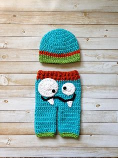 This hilarious set would make a great addition to any photographers prop collection! It would also make a great gift for any expecting mama! Monster face is to be worn on the behind of the pants so, this is perfect for those tushie photos. Comes with a matching color coordinated beanie. This adorable set can me customized to any colors you can dream of! Message me with your ideas and we can discuss them!  **If no colors arrangements are made, it will be made as shown**  MADE TO ORDER…