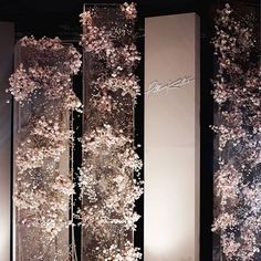 This #floralinstallation was achieved using minimal flowers but it's so effective. Great work @phk_studio