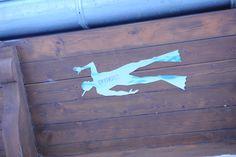 Silueta de acero inoxidable de la imagen de un buceador, situadas en el fondo de varias fuentes  (plaza de Las Palomas, plaza de San Isidoro, Plaza de las Cortes leonesas etc)  de la ciudad de León, España