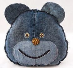 What to do with old jeans? - 4 DIY ideas for recycling denim jeans Pet of jeans pad - Craft Portal - The best craft site with step by step free Denim is a sturdy fabric that can be used for various crafts. Consider recycling denim jeans into some useful t Jean Crafts, Denim Crafts, Fabric Crafts, Sewing Crafts, Sewing Projects, Recycled Denim, Recycled Crafts, Jean Diy, Textile Sculpture