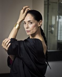 Sonia Braga, Stylish Older Women, Frida Art, Latino Men, Cinema Tv, Beautiful Old Woman, Over 50 Womens Fashion, Badass Women, Aging Gracefully
