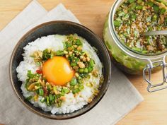 こんにちは~、筋肉料理人です!今週のレシピブログ料理家チームのテーマは「自家製調味料」。ってことで今日は、簡単でおいしい、筋肉料理人オススメの「にらしょう油」を紹介させていただきます。 | 【意外な材料で】卵かけご飯はもう「このタレ」でしか食べたくない!【簡単調味料レシピ】 Japanese Dishes, Japanese Food, Asian Recipes, Ethnic Recipes, Yams, Deli, Cobb Salad, Main Dishes, Fries