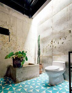 A parede do lavabo exibe trabalho de Mauricio Esquivel, da Proyectos Poporopo