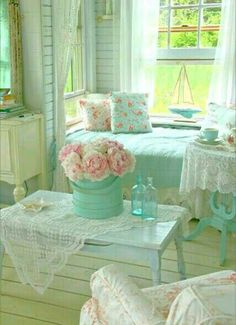 So pretty! This cottage farmhouse room is fresh and breezy