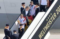 Da sind sie: Angeführt von Kapitän Philipp Lahm betreten die deutschen Spieler nach acht Wochen wieder deutschen Boden. Foto: dpa