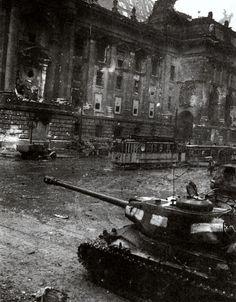 Berlin 1945. Soviet IS-2m tank. Derrière le Reichtag. le char porte de larges bandes blanches, symbole des chars soviétiques pendant la bataille de Berlin. ( Eclairage de Patrick Fleuridas)