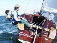 Le Corsaire a été créé en 1954 par Jean-Jacques Herbulot pour le Centre Nautique des Glénans, sur l'Atlantique, ce qui le situe d'emblée comme croiseur côtier d'une très grande sécurité. Ses qualités, telles que vitesse, maniabilité et confort, en font un bateau attractif et cela depuis des décennies.  Dans la cabine, où trois adultes (ou deux adultes et deux enfants) peuvent coucher confortablement, quatre personnes trouvent de bonnes places assises sur les couchettes ou dans un vaste…