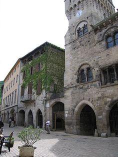 Façades place des halles,avec le beffroi de l'hôtel de ville.