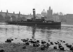 Remorkér pod Karlovým mostem (64-1) • Praha, 1958 • | černobílá fotografie, loď, Karlův most, Vltava |•|black and white photograph, Prague|