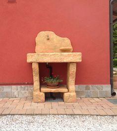 Lavello da giardino in finta pietra mod. Tovel con supporti. Finitura: pietre del borgo. Località: Fratta Polesine (Rovigo).