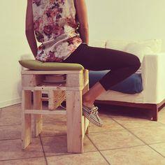 Progetto vincitore dell'International Pallet Design Contest. DUE+1 elemento d'arredo multiuso: sgabello, tavolino, portariviste, comodino. Con un semplice gesto si trasforma in seggiolino-scrivania per bambini