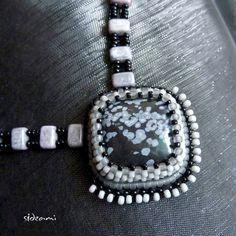 Obsidián+-+zvýhodněná+sada+Sadu+tvoří+náhrdelník+a+náušnice.+Dominantou+náhrdelníku+je+čtvercový+kabošon+vločkového+obsidiánu,+který+jsem+dotvořila+technikou+šitého+šperku+a+korálkové+výšivky.+Použila+jsem+TOHO+rokajl+v+barvách:+neprůhledná+šedá,+čirá+šedá+matná,+černá.+Podšito+černým+filcem.+Zavěšení+je+ušito+z+českého+rokajlu+černé+barvy+a+...