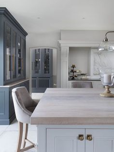 We Love the Work Top on the Island in this Dream Kitchen - Home Design Inspiration Open Plan Kitchen Living Room, Home Decor Kitchen, Kitchen Interior, New Kitchen, Island Kitchen, Design Kitchen, Luxury Kitchens, Home Kitchens, Classic Kitchen