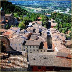 Tetti e strade della #Valmarecchia... La #PicOfTheDay #turismoer di oggi ammira il panorama delle colline di #Romagna dal borgo di #Verucchio. Congratulazioni e grazie a @matteocannito / #Roofs & #streets of the #Marecchia Valley...Today's PicOfTheDay admires the #landscape over the Romagna hills, by the small village of Verucchio - #Rimini. Congrats and thanks to @matteocannito