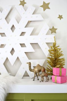 Giant Snowflake Light-Up Marquee - A Beautiful Mess Wood Snowflake, Snowflake Lights, Snowflakes, Outside Xmas Decorations, Shabby Chic Christmas Decorations, Christmas Yard, Christmas Tree Ornaments, Christmas Holidays, Deco Led
