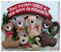 Eu Amo Artesanato Christmas Dog, Christmas Wreaths, Xmas, Christmas Ornaments, Dollar Tree Wedding, Blue Wedding Centerpieces, Felt Patterns, Cat Crafts, Toy Craft