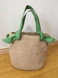 麻紐で編んだバッグです持ち手は帆布で作りましたご希望であれば、持ち手のをピンク色または紺色に変えさせていただきますサイズ底 約21×14㌢高さ 約21.5㌢幅(平置き) 約28㌢素人採寸のため若干の誤差お許しください麻紐独特の匂い、毛羽立ちあります...