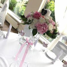 Dekoracje na stołach Gości, kompozycje na wysokich wazonach, piwonia, goździk,róża