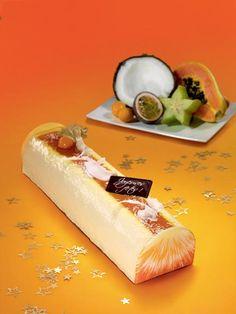 Bûche Bavaroise Noix de coco - Fruits exotiques. Mousses noix de coco et fruits exotiques, biscuit et insert fruit de la passion, copeaux de noix de coco et coulis de maracuja.