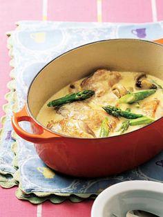 アスパラガスが引き立て役の、クリーミーな鶏肉料理。|『ELLE a table』はおしゃれで簡単なレシピが満載!