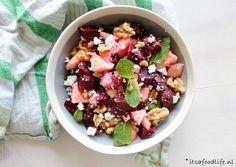 Ik heb een lekker vegetarisch recept voor jullie: bietensalade met appel, feta en munt. Lekker als lunch maar ook prima als avondeten en voor bij de BBQ!