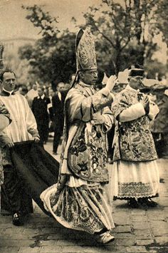 Cardinal Pacelli (later Pius XII)  ha jól látom, ez a kép Pesten készült. :)