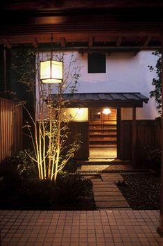 蔵と中庭のある和の生活(木造新築と蔵のリノベーション) Traditional Japanese House, Japanese Modern, Tatami Mat, Shoji Screen, Japanese Architecture, Sunroom, Interior Inspiration, Tiny House, Entrance