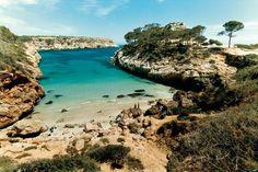 Mallorca! Die Cala S'Amonia bei Santanyí hat alles, was eine Traumbucht haben muss: glasklares Wasser und feinen weißen Sand. #Mallorca #Strand