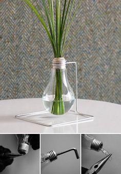A partir de tu ampolleta quemada y con esos simples pasos, puedes hacer tu pequeño florero. Un bonito accesorio para sorprender en el desayuno a la cama.