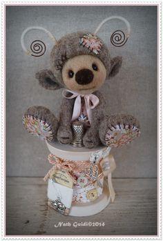 Petite luciole en laine cardée installée sur sa bobine de bois vintage ! : Accessoires de maison par la-fee-chiffonnee