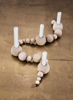 Mit Kerzen dekorieren - das ganze Jahr: Holzkette mit Kerzenhalter von Ferm Living