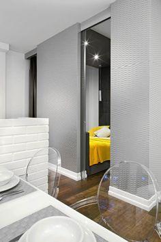 Projektant zaproponował, by na sypialnie przeznaczyć wnękę w salonie. Oddzielono ją wąską ścianką z dwojgiem przesuwanych drzwi z matowego szkła. Na szczęście nowe pomieszczenie było na tyle duże (2,10 x 3,5 m), że prócz łóżka udało się w nim zmieścić również pojemną szafę; zabudowano nią od podłogi do sufitu jedną z krótszych ścian. W rezultacie powstało wnętrze bardzo funkcjonalne i jasne (we wnęce jest okno)