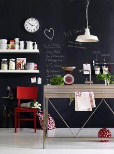 As paredes de quadro negro são lindas, funcionais e super fáceis de fazer. Basta usar papel contact preto fosco.