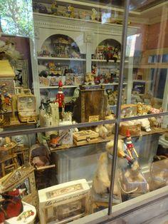 Le monde créatif de Catherine Vintage Toy Shoppe - such detail!