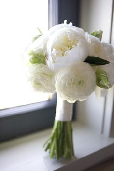 Bridesmaid bouquets {white ranunculus, cabbage roses} - ruban blanc, pas de rose classique