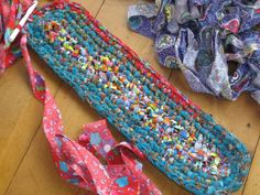 Popular Crochet Rag Rug : How To Make A Rag Rug Crochet. How to make a rag rug crochet. Fabric Rug, Fabric Scraps, Scrap Fabric, Rag Rug Diy, Diy Rugs, Toothbrush Rug, Homemade Rugs, Rag Rug Tutorial, Braided Rag Rugs