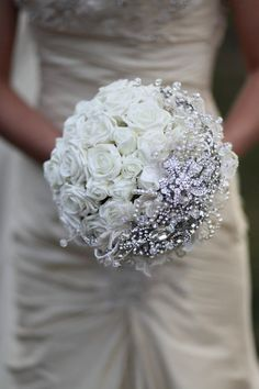 Weddbook ♥ bridal bouquet with white roses, crystal and pearls. Chic and amazing wedding bouquet. Diy your wedding bouquet Wedding Wishes, Wedding Bells, Our Wedding, Dream Wedding, Bling Wedding, Wedding Pins, Wedding White, Trendy Wedding, Wedding Bouquets