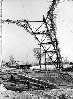 基礎工事の終った東京タワー。下部は2118平方メートルの広さ=1957年12月撮影