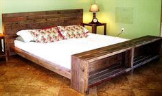 Pallet Platform Bed. Me gustan los estantes al pie de la cama. Un banco (para sentarse a vestirse) con lugar de almacenaje también estaría práctico.