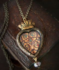 Aingeal Sacred Heart Pictorial Necklace by ParrishRelics on Etsy Memento Mori, I Love Heart, My Heart, Shell Jewelry, Sacred Heart, Heart Art, Jewelry Crafts, Jewelry Ideas, Heart Shapes