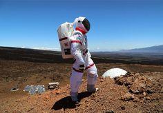 Um grupo de cinco cientistas passou o último ano trancado dentro de uma tenda de pouco mais de 350 metros quadrados, tendo de extrair água de um sólido árido, ao lado de um vulcão, a 2500 metros de altitude no Havaí. Para sair da tenda, somente com uma roupa espacial. Não, não se trata de um bizarro reality show, mas sim de uma simulação aproximada de como seria uma expedição humana em Marte. A experiência foi chamada de HI-SEAS, e curiosamente, ao ser questionada sobre qual o principal…